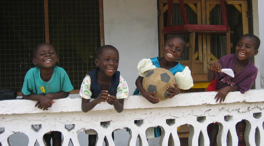 サッカーに夢中のガーナの子供たち